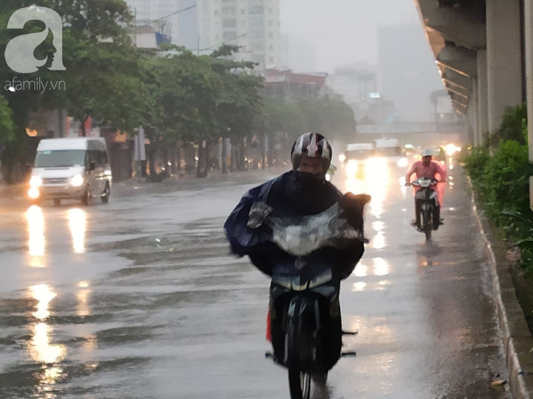 Ảnh: Người dân Hà Nội oằn mình trong mưa lớn và gió lốc mạnh, bão số 3 đã suy yếu thành áp thấp nhiệt đới-3