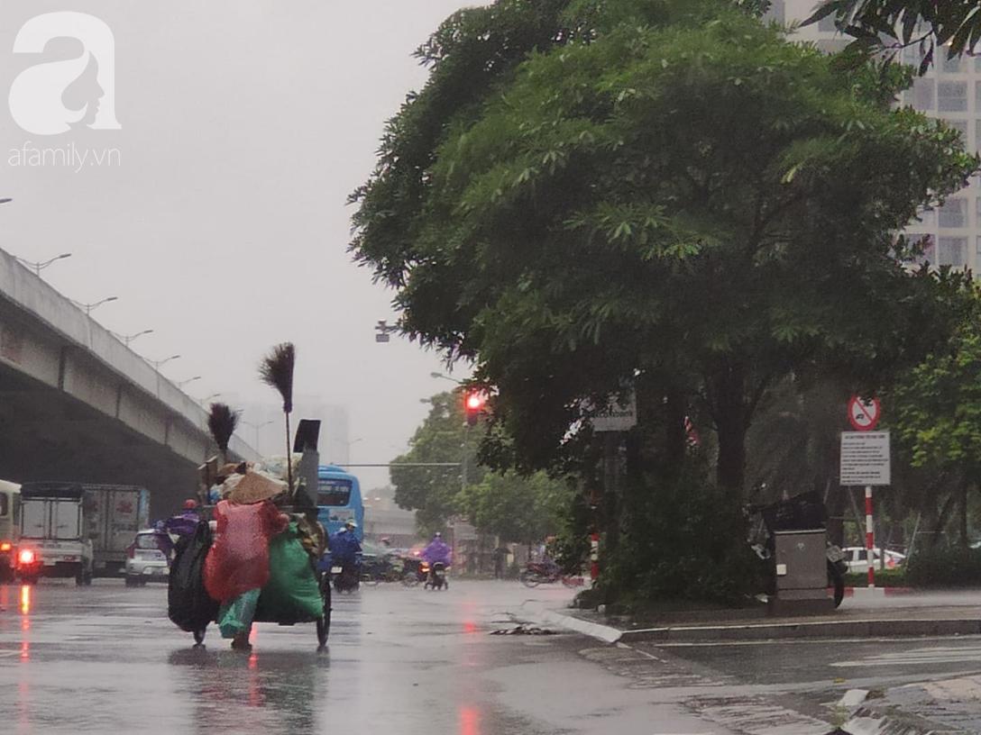 Ảnh: Người dân Hà Nội oằn mình trong mưa lớn và gió lốc mạnh, bão số 3 đã suy yếu thành áp thấp nhiệt đới-5