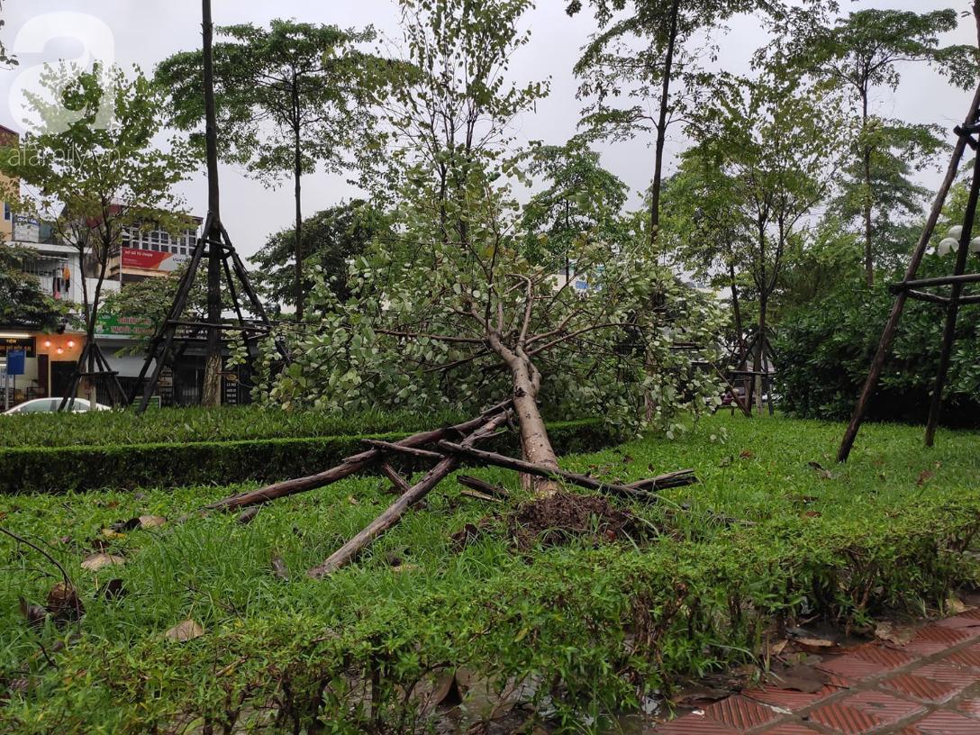 Ảnh: Người dân Hà Nội oằn mình trong mưa lớn và gió lốc mạnh, bão số 3 đã suy yếu thành áp thấp nhiệt đới-11