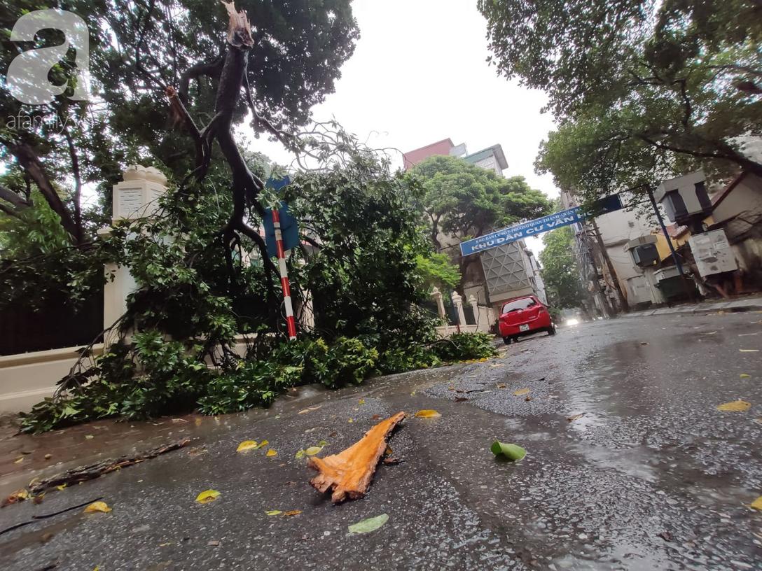 Ảnh: Người dân Hà Nội oằn mình trong mưa lớn và gió lốc mạnh, bão số 3 đã suy yếu thành áp thấp nhiệt đới-12