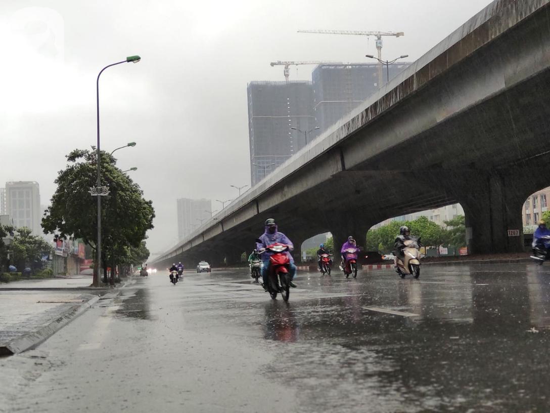 Ảnh: Người dân Hà Nội oằn mình trong mưa lớn và gió lốc mạnh, bão số 3 đã suy yếu thành áp thấp nhiệt đới-15