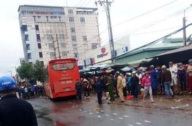 Xe khách lao vào chợ ven đường, ít nhất 3 người chết-1