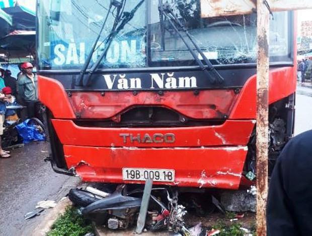 Xe khách lao vào chợ ven đường, ít nhất 3 người chết-2
