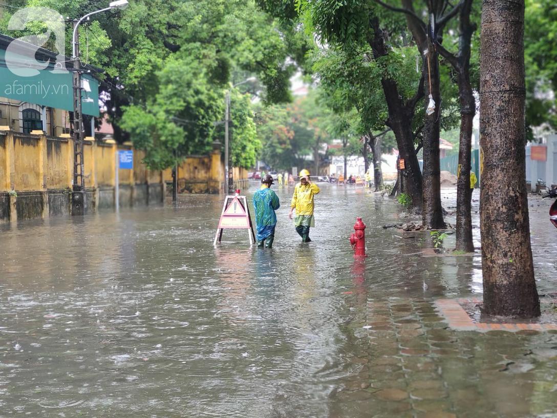 Hà Nội mưa rất to, cây cối bị gió quật ngã nằm la liệt, nhiều nơi ngập nặng sau bão Wipha-5