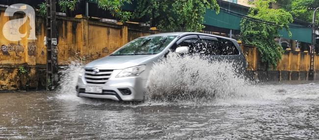 Hà Nội mưa rất to, cây cối bị gió quật ngã nằm la liệt, nhiều nơi ngập nặng sau bão Wipha-7