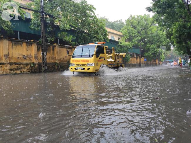 Hà Nội mưa rất to, cây cối bị gió quật ngã nằm la liệt, nhiều nơi ngập nặng sau bão Wipha-10