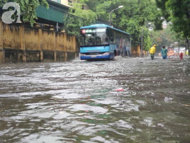 Hà Nội mưa rất to, cây cối bị gió quật ngã nằm la liệt, nhiều nơi ngập nặng sau bão Wipha-11