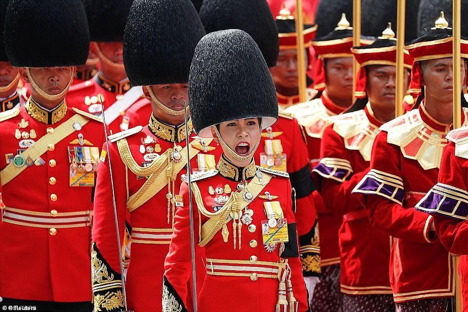 Lần đầu tiên trong lịch sử hiện đại, vua Thái Lan công bố vợ lẽ, sắc phong Hoàng quý phi, vẻ mặt Hoàng hậu ngồi bên cạnh mới đáng chú ý-3