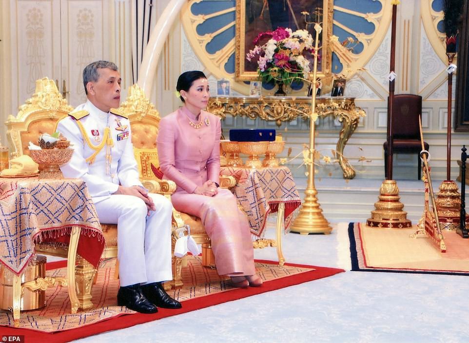 Lần đầu tiên trong lịch sử hiện đại, vua Thái Lan công bố vợ lẽ, sắc phong Hoàng quý phi, vẻ mặt Hoàng hậu ngồi bên cạnh mới đáng chú ý-5