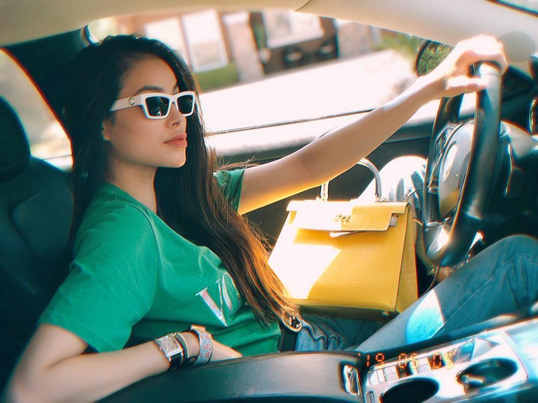 Suốt ngày tạo dáng bên siêu xe, xách túi hàng hiệu vài trăm triệu, cuộc sống của Phạm Hương trên đất Mỹ sung sướng cỡ nào?-4