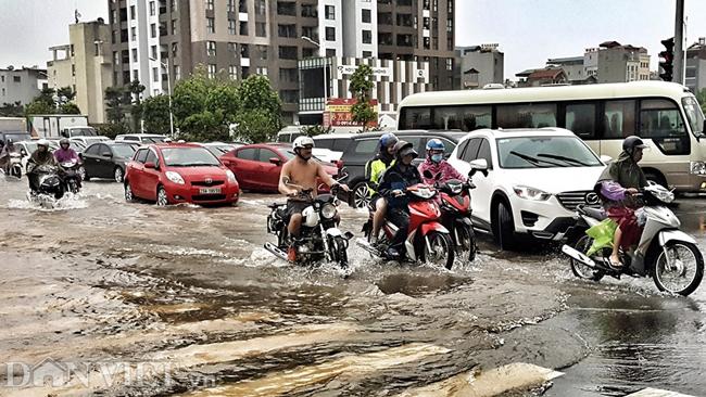 Nhiều tuyến đường ở Hà Nội mênh mông biển nước do bão số 3-5