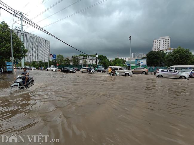 Nhiều tuyến đường ở Hà Nội mênh mông biển nước do bão số 3-6