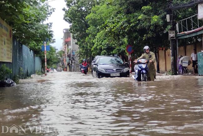 Nhiều tuyến đường ở Hà Nội mênh mông biển nước do bão số 3-7