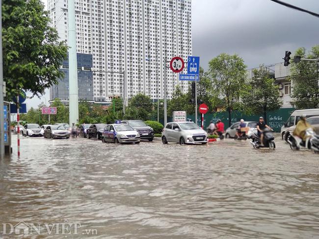 Nhiều tuyến đường ở Hà Nội mênh mông biển nước do bão số 3-8
