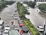 Hà Nội mưa như trút nước, người khốn khổ tát nước từ nhà ra sân, người hăng hái ra kênh bắt cá-17