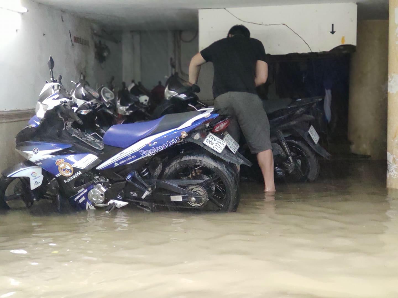 Hà Nội mưa như trút nước, người khốn khổ tát nước từ nhà ra sân, người hăng hái ra kênh bắt cá-1