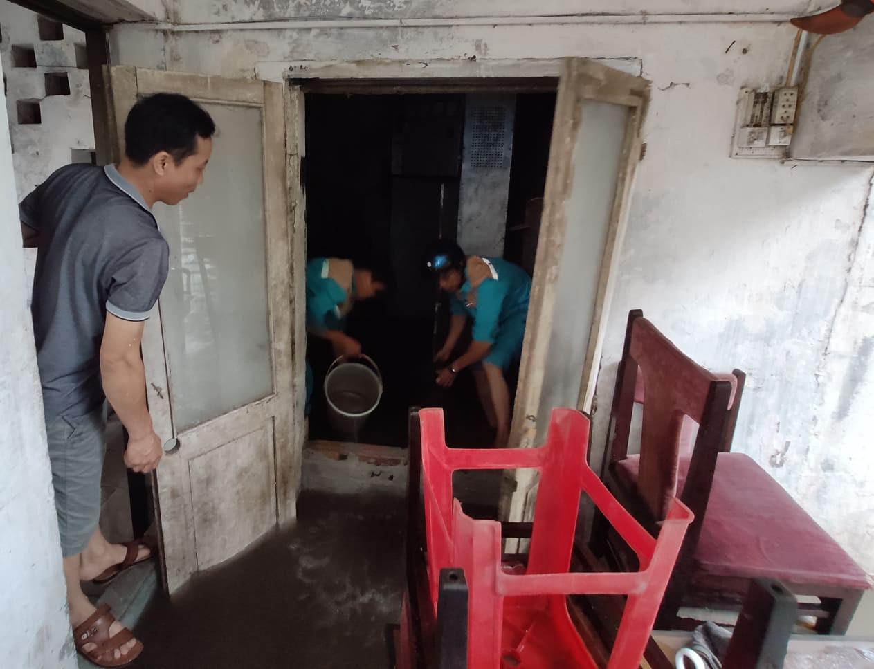 Hà Nội mưa như trút nước, người khốn khổ tát nước từ nhà ra sân, người hăng hái ra kênh bắt cá-5
