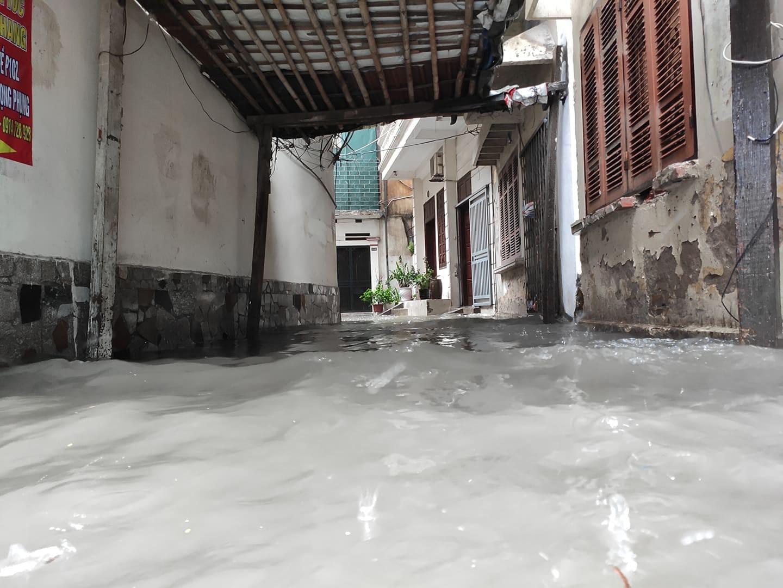 Hà Nội mưa như trút nước, người khốn khổ tát nước từ nhà ra sân, người hăng hái ra kênh bắt cá-4