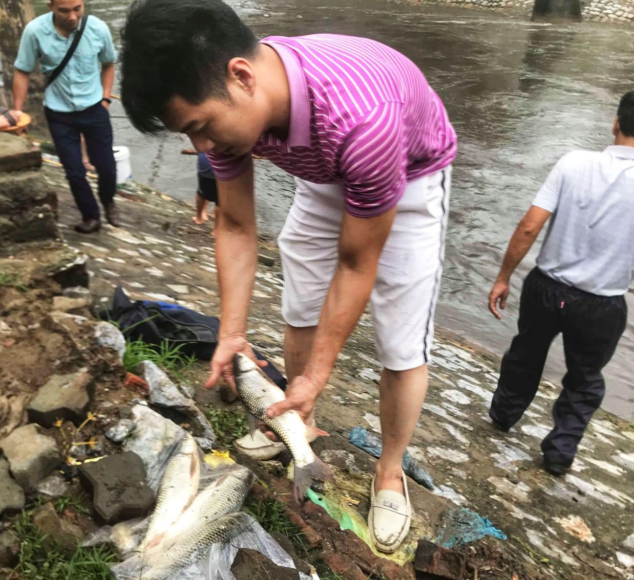 Hà Nội mưa như trút nước, người khốn khổ tát nước từ nhà ra sân, người hăng hái ra kênh bắt cá-13