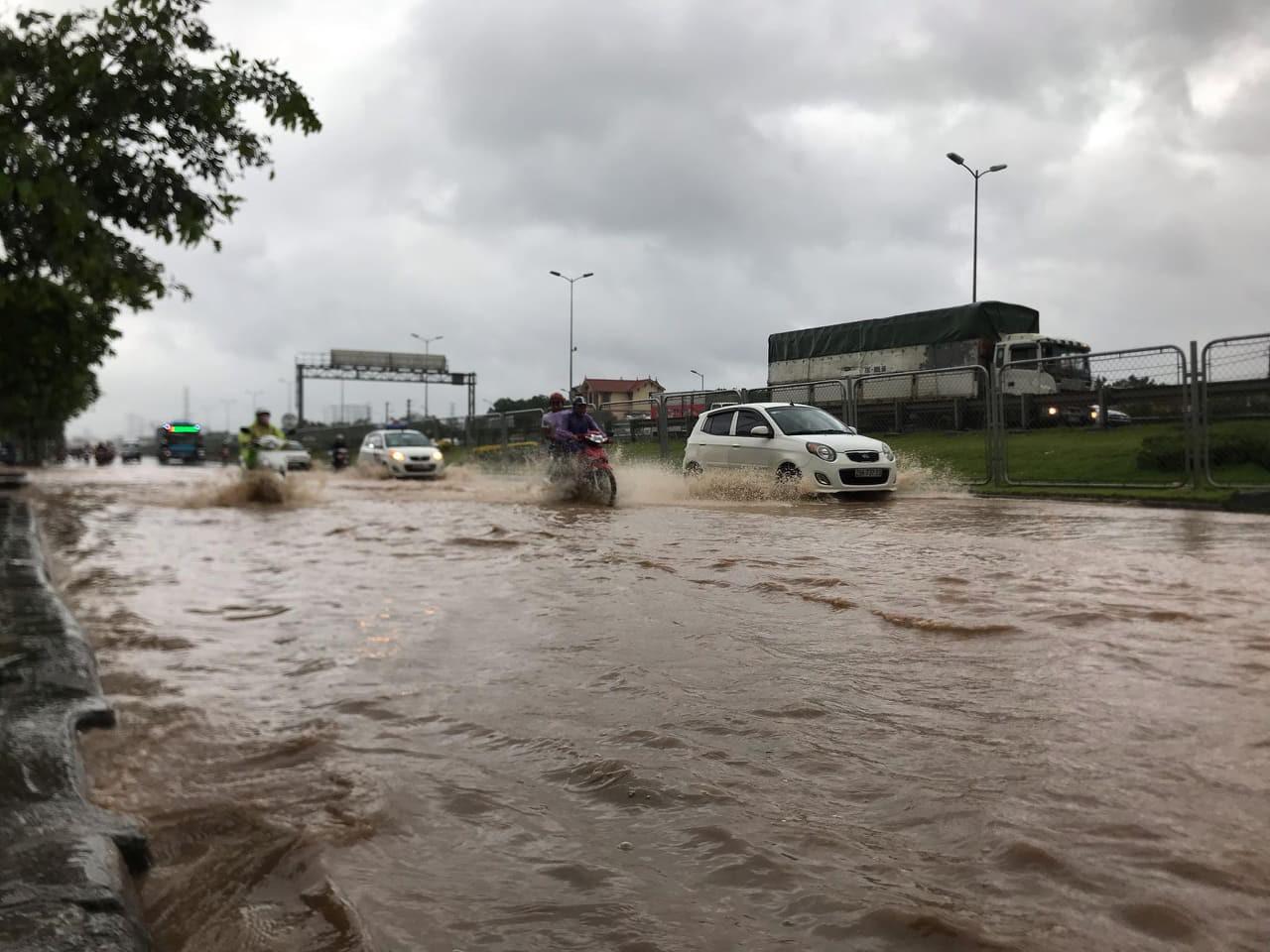Hà Nội mưa như trút nước, người khốn khổ tát nước từ nhà ra sân, người hăng hái ra kênh bắt cá-9