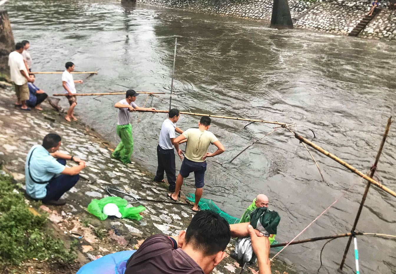 Hà Nội mưa như trút nước, người khốn khổ tát nước từ nhà ra sân, người hăng hái ra kênh bắt cá-14