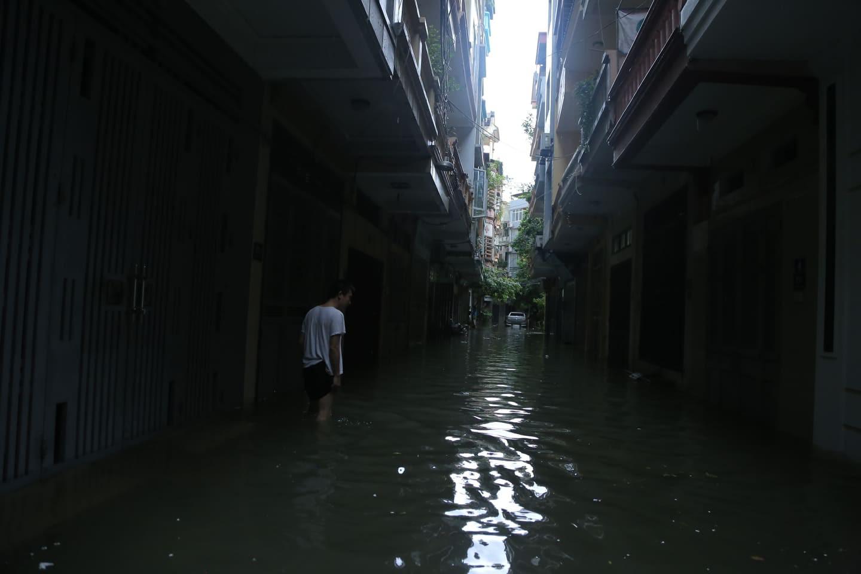 Hà Nội mưa như trút nước, người khốn khổ tát nước từ nhà ra sân, người hăng hái ra kênh bắt cá-6