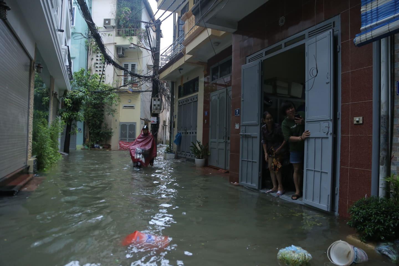 Hà Nội mưa như trút nước, người khốn khổ tát nước từ nhà ra sân, người hăng hái ra kênh bắt cá-7