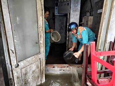 Hà Nội mưa như trút nước, người khốn khổ tát nước từ nhà ra sân, người hăng hái ra kênh bắt cá-8