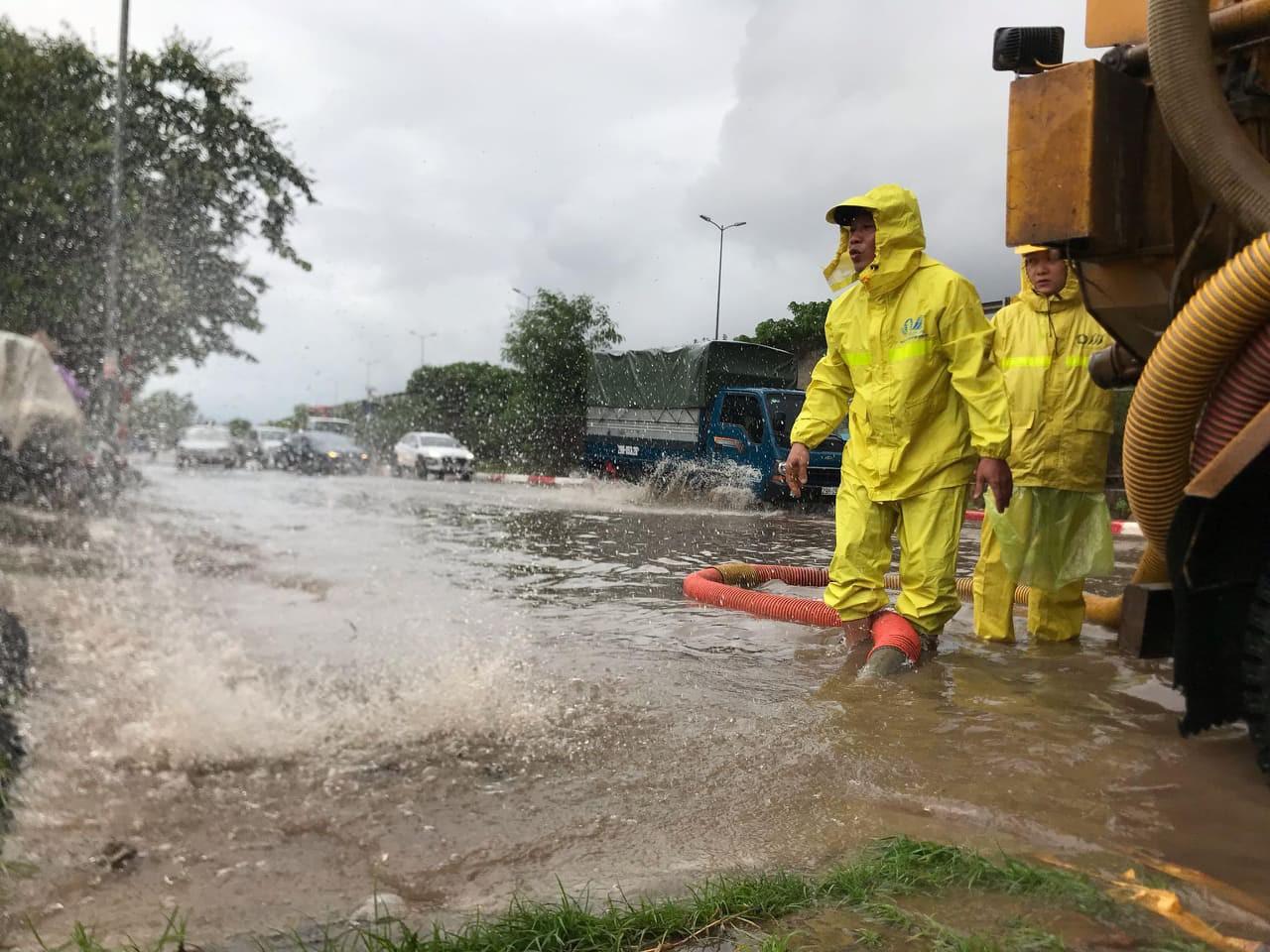 Hà Nội mưa như trút nước, người khốn khổ tát nước từ nhà ra sân, người hăng hái ra kênh bắt cá-11