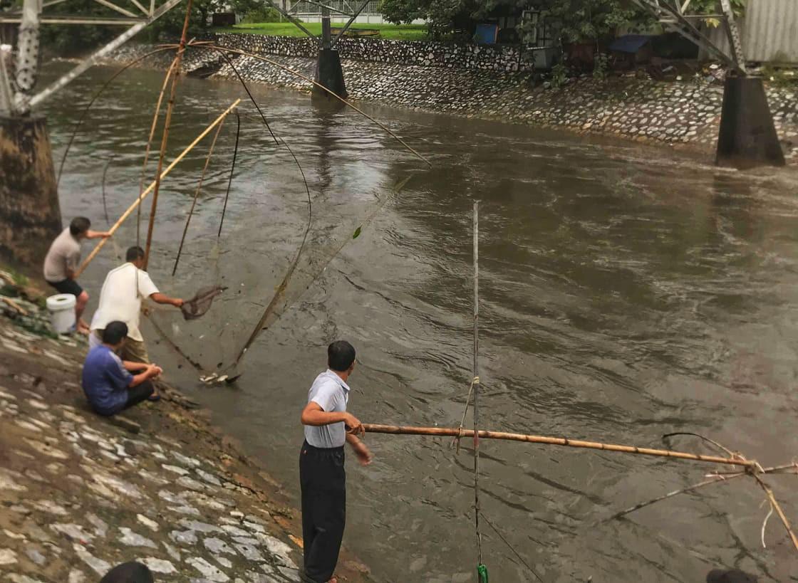 Hà Nội mưa như trút nước, người khốn khổ tát nước từ nhà ra sân, người hăng hái ra kênh bắt cá-16