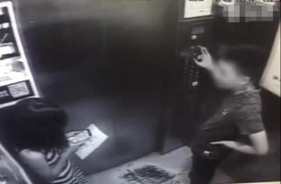 Cô gái mải chơi điện thoại trong thang máy suýt mất mạng vì gặp quỷ dữ, cư dân mạng xem xong video hoảng sợ tột độ-1