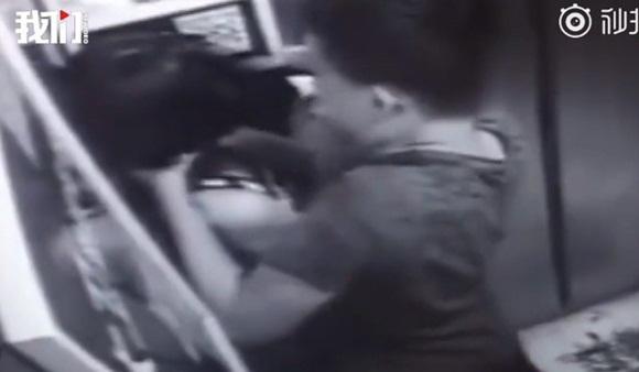 Cô gái mải chơi điện thoại trong thang máy suýt mất mạng vì gặp quỷ dữ, cư dân mạng xem xong video hoảng sợ tột độ-2