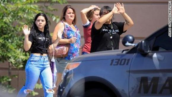 Xả súng ở siêu thị Mỹ, ít nhất 20 người chết-1
