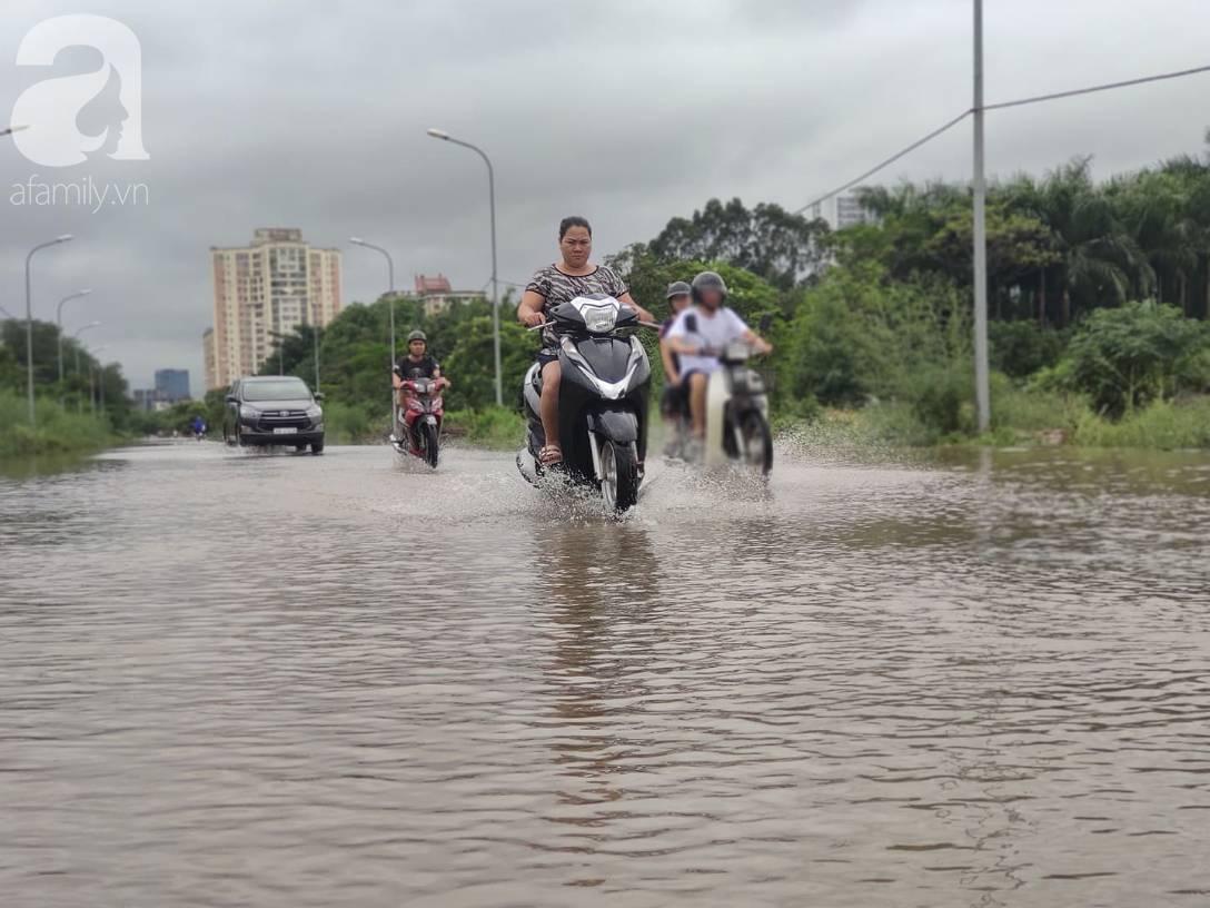 Hà Nội: Ngập úng xảy ra khắp nơi, người dân bì bõm lội nước, dịch vụ sửa xe lưu động kiếm tiền triệu sau bão số 3-2