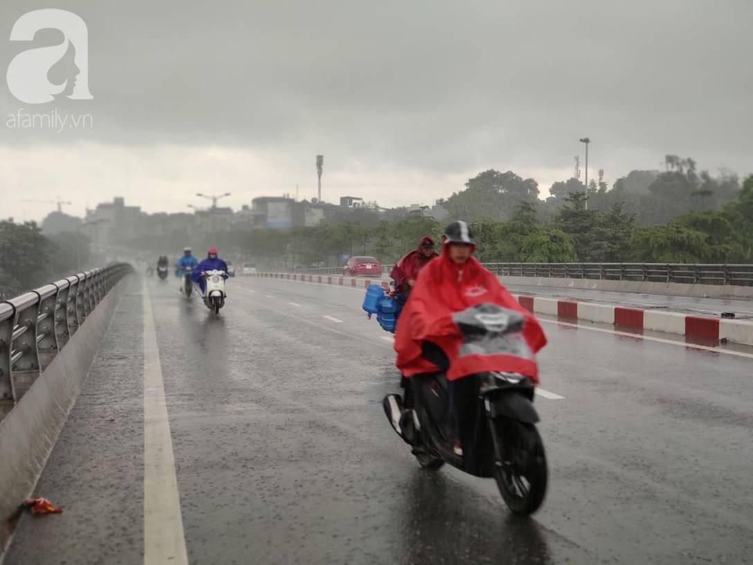 Hà Nội: Ngập úng xảy ra khắp nơi, người dân bì bõm lội nước, dịch vụ sửa xe lưu động kiếm tiền triệu sau bão số 3-3