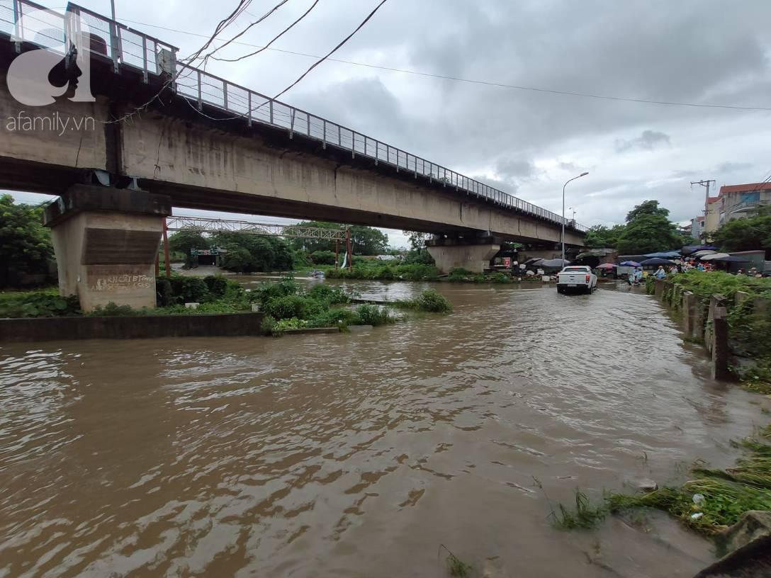 Hà Nội: Ngập úng xảy ra khắp nơi, người dân bì bõm lội nước, dịch vụ sửa xe lưu động kiếm tiền triệu sau bão số 3-9