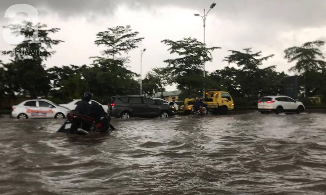 Hà Nội: Ngập úng xảy ra khắp nơi, người dân bì bõm lội nước, dịch vụ sửa xe lưu động kiếm tiền triệu sau bão số 3-4