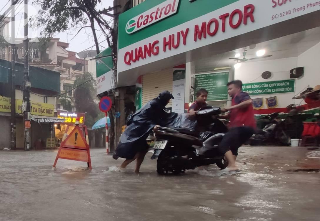 Hà Nội: Ngập úng xảy ra khắp nơi, người dân bì bõm lội nước, dịch vụ sửa xe lưu động kiếm tiền triệu sau bão số 3-5