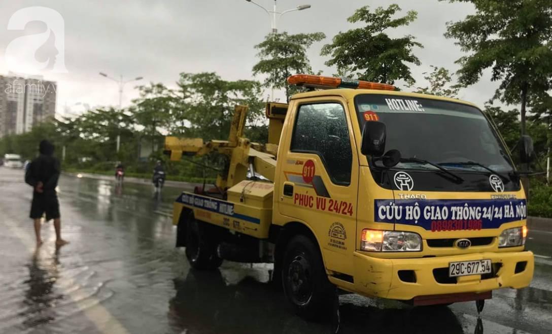 Hà Nội: Ngập úng xảy ra khắp nơi, người dân bì bõm lội nước, dịch vụ sửa xe lưu động kiếm tiền triệu sau bão số 3-6