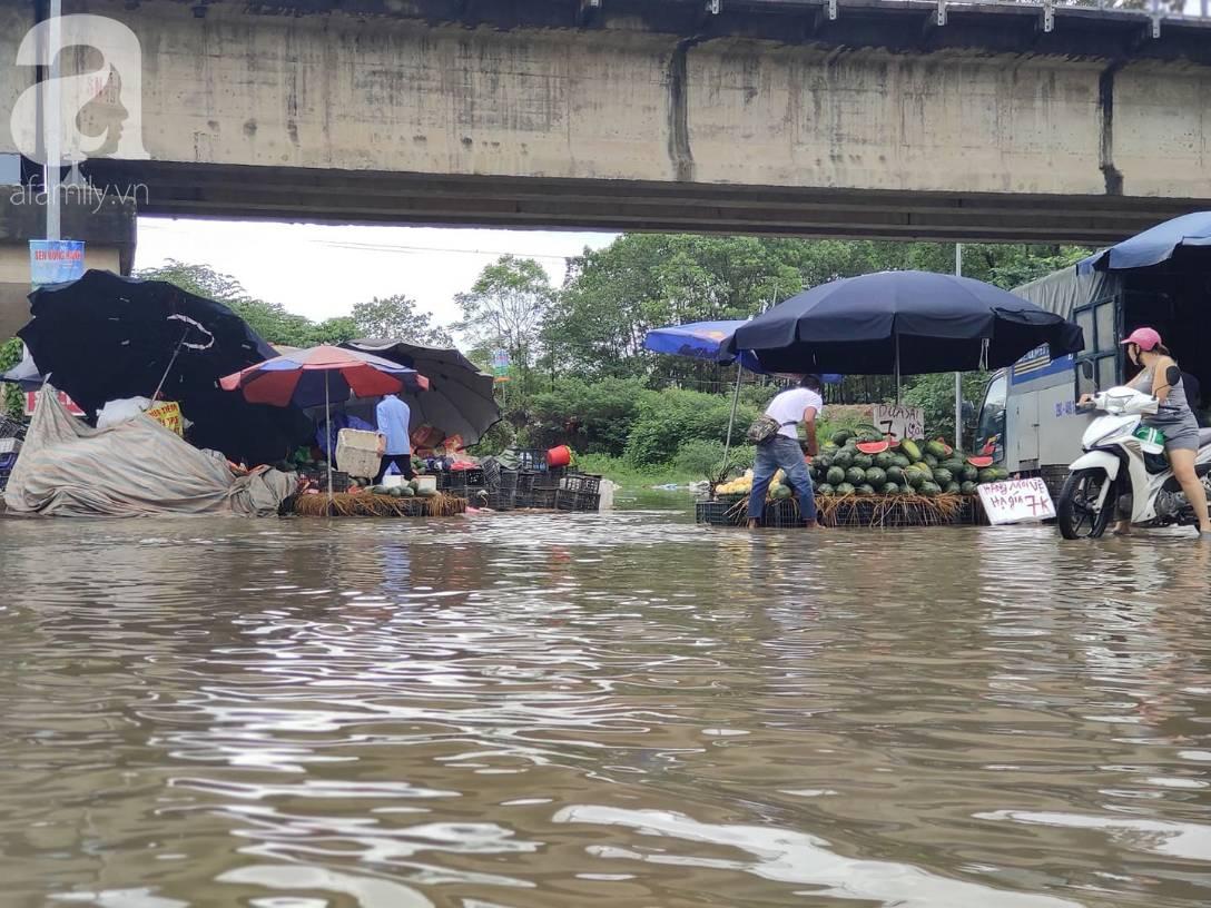Hà Nội: Ngập úng xảy ra khắp nơi, người dân bì bõm lội nước, dịch vụ sửa xe lưu động kiếm tiền triệu sau bão số 3-7