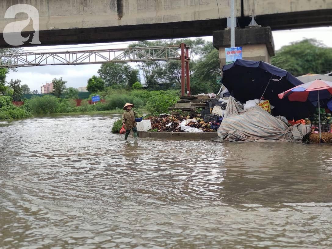 Hà Nội: Ngập úng xảy ra khắp nơi, người dân bì bõm lội nước, dịch vụ sửa xe lưu động kiếm tiền triệu sau bão số 3-8