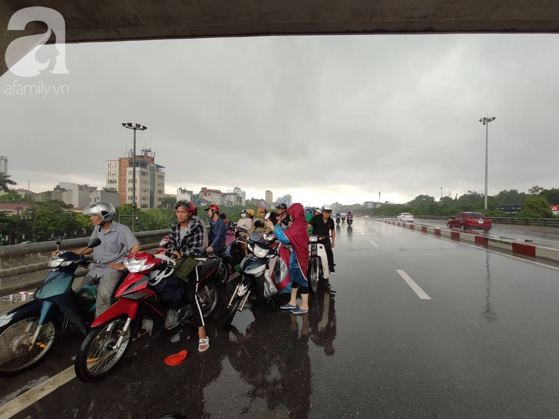 Hà Nội: Ngập úng xảy ra khắp nơi, người dân bì bõm lội nước, dịch vụ sửa xe lưu động kiếm tiền triệu sau bão số 3-11