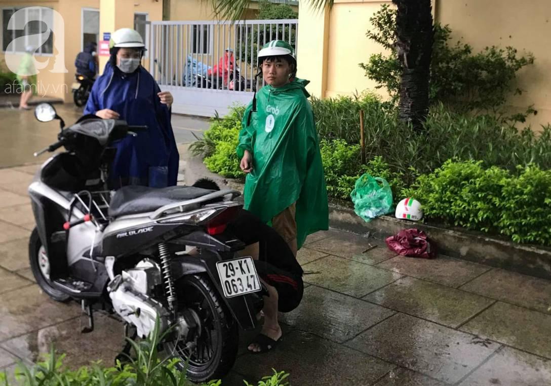 Hà Nội: Ngập úng xảy ra khắp nơi, người dân bì bõm lội nước, dịch vụ sửa xe lưu động kiếm tiền triệu sau bão số 3-13