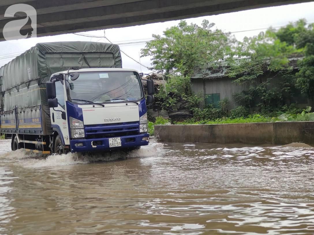 Hà Nội: Ngập úng xảy ra khắp nơi, người dân bì bõm lội nước, dịch vụ sửa xe lưu động kiếm tiền triệu sau bão số 3-12