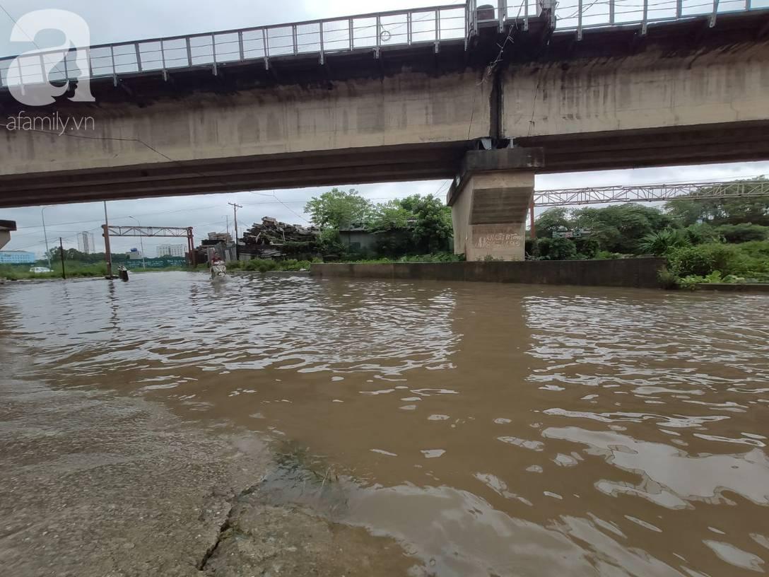 Hà Nội: Ngập úng xảy ra khắp nơi, người dân bì bõm lội nước, dịch vụ sửa xe lưu động kiếm tiền triệu sau bão số 3-14