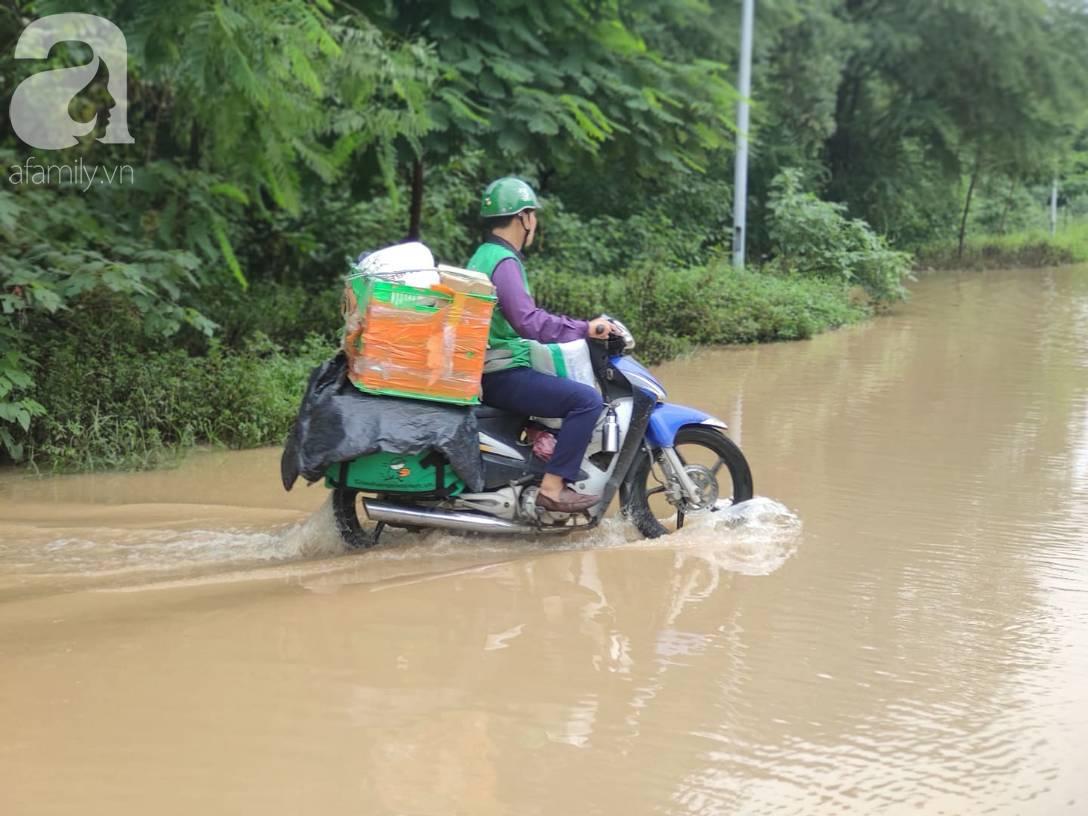 Hà Nội: Ngập úng xảy ra khắp nơi, người dân bì bõm lội nước, dịch vụ sửa xe lưu động kiếm tiền triệu sau bão số 3-15