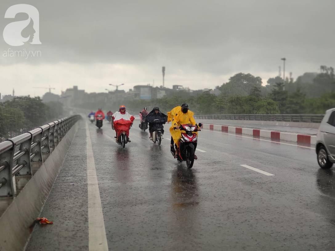 Hà Nội: Ngập úng xảy ra khắp nơi, người dân bì bõm lội nước, dịch vụ sửa xe lưu động kiếm tiền triệu sau bão số 3-10