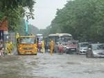 Cố băng qua dòng nước lũ, chiếc xe bị cuốn trôi, tài xế mở cửa thoát nạn trong gâng tấc-1