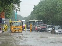 Ôtô 'vượt lũ', người người đắp đê trên đại lộ hiện đại nhất Việt Nam