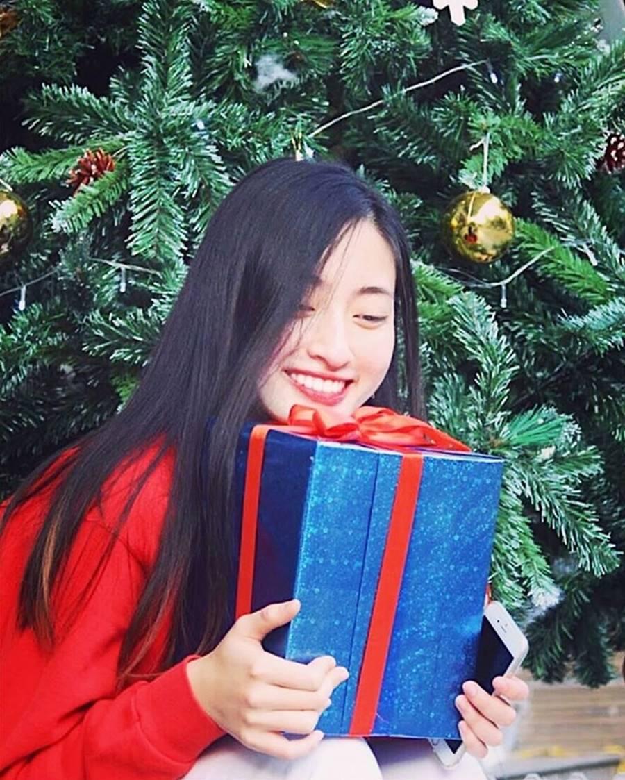 Mặt mộc xinh đẹp của Hoa hậu thế giới Vietnam Lương Thuỳ Linh-11
